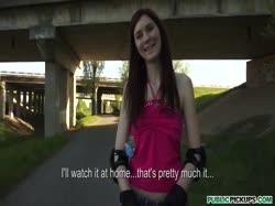 Screenshot for Молодую девушку на роликах соблазнили трахнуться от первого лица